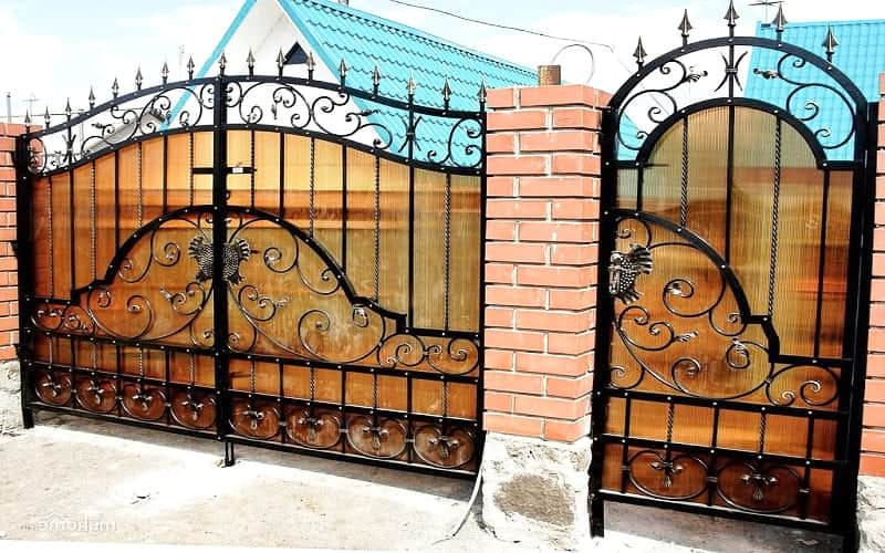 Распашные ворота кованые с поликарбонатом