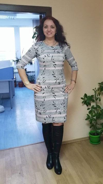 Сива рокля по тялото, една от хиляди фен снимки изпратени от клиенти на онлайн магазин Efrea.