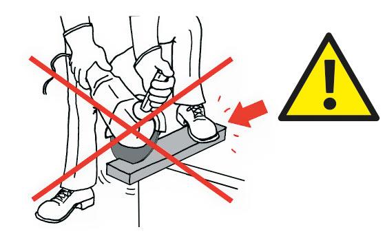 Не резать на нестабильной рабочей поверхности.