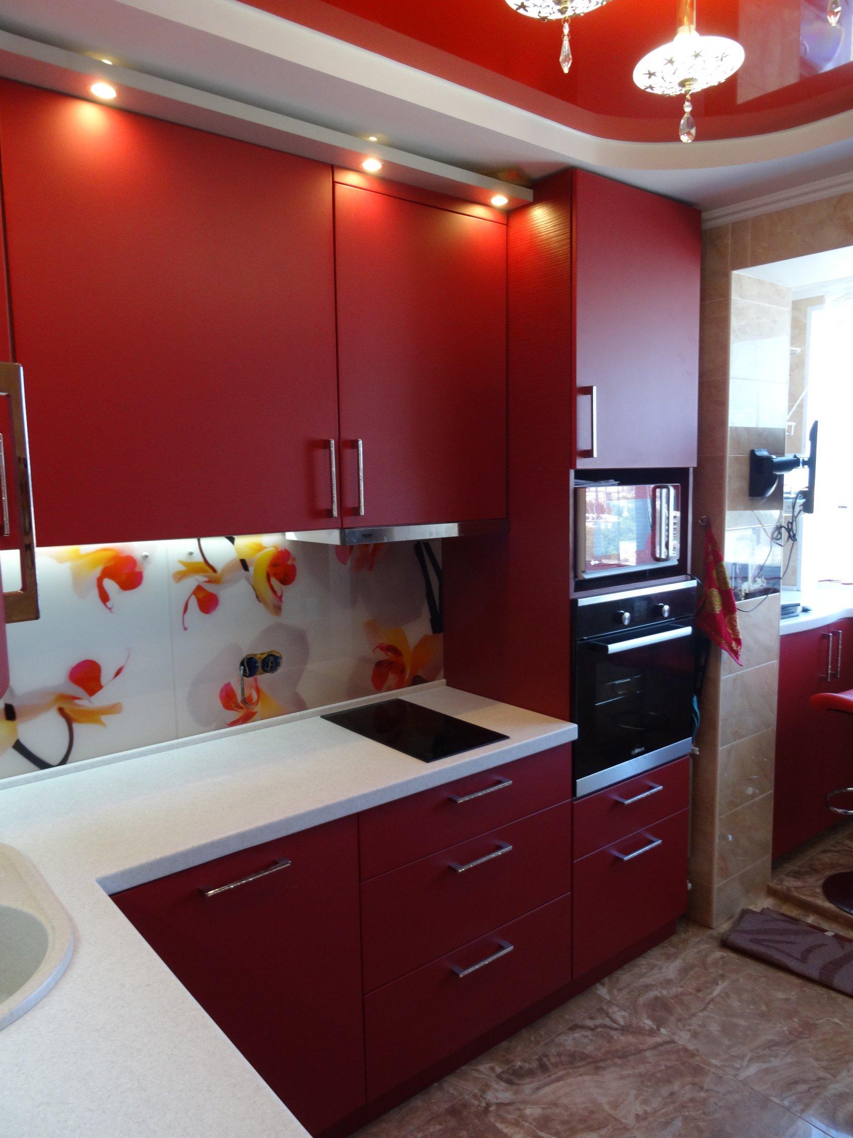 Угловой кухонный гарнитур со встроенной техникой