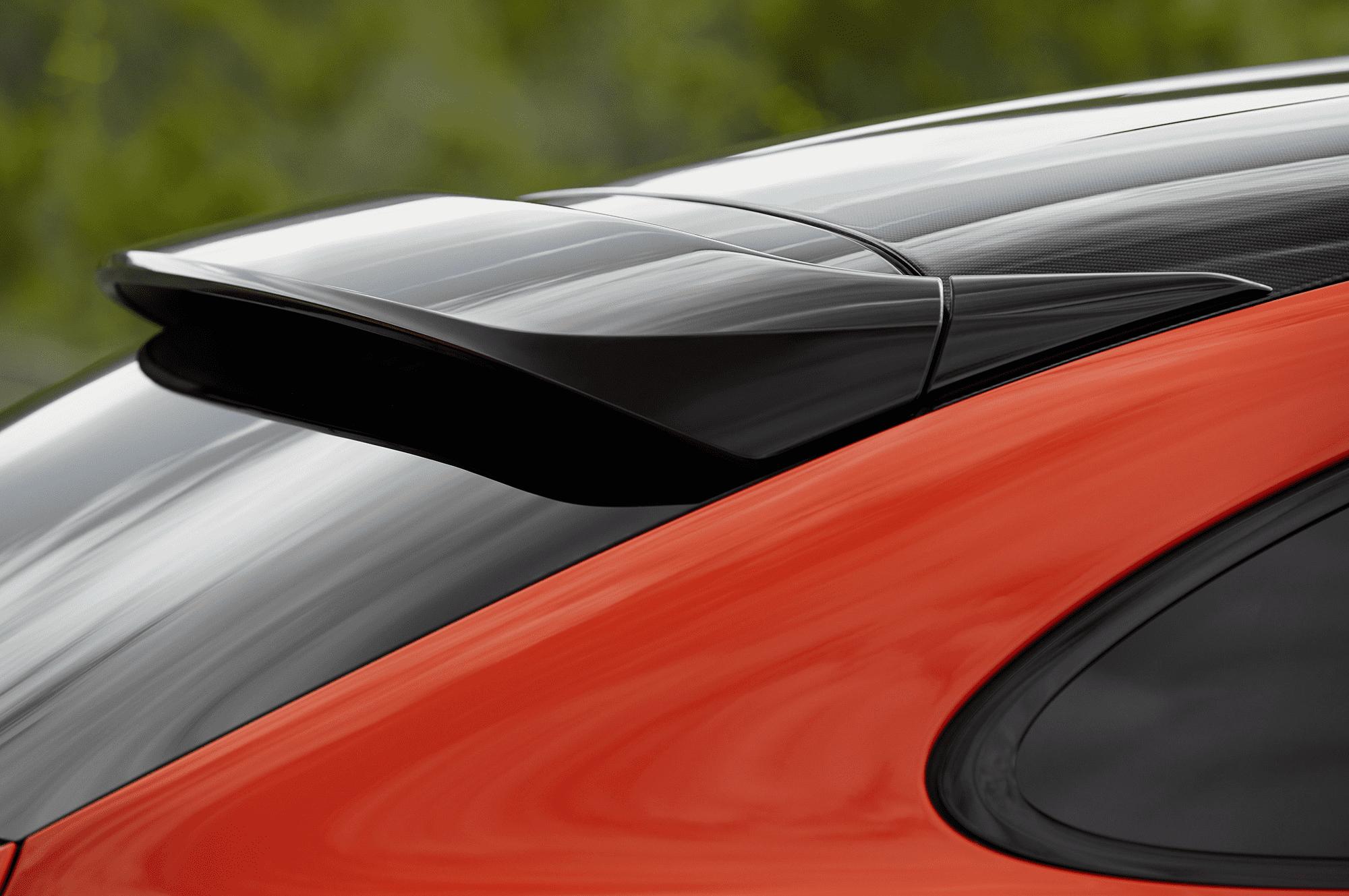 Спойлер в черном цвете является опцией. В базовом оснащении он окрашен в цвет кузова.