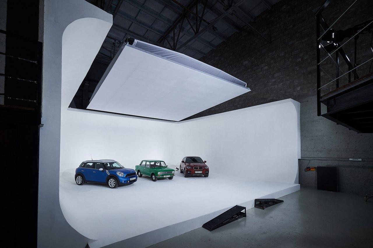 В применением циклорамы нередко снимают рекламируемые автомобили