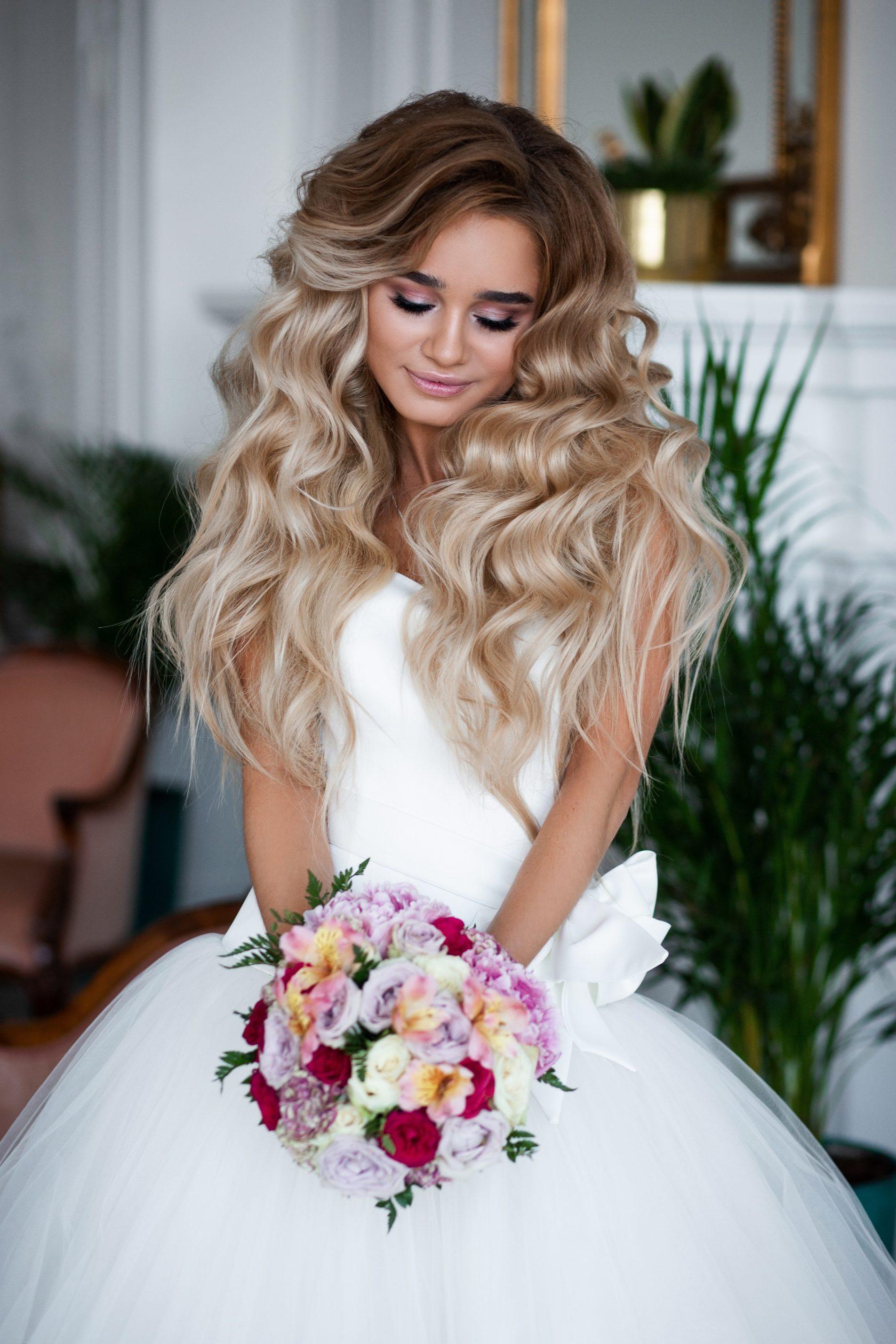 4e9bd0e5272bb12 А бывает, когда картинок в подборке много - и все они разные. Здесь уже  стилист может сам подсказать нужный вариант с учетом силуэта платья, самой  невесты.