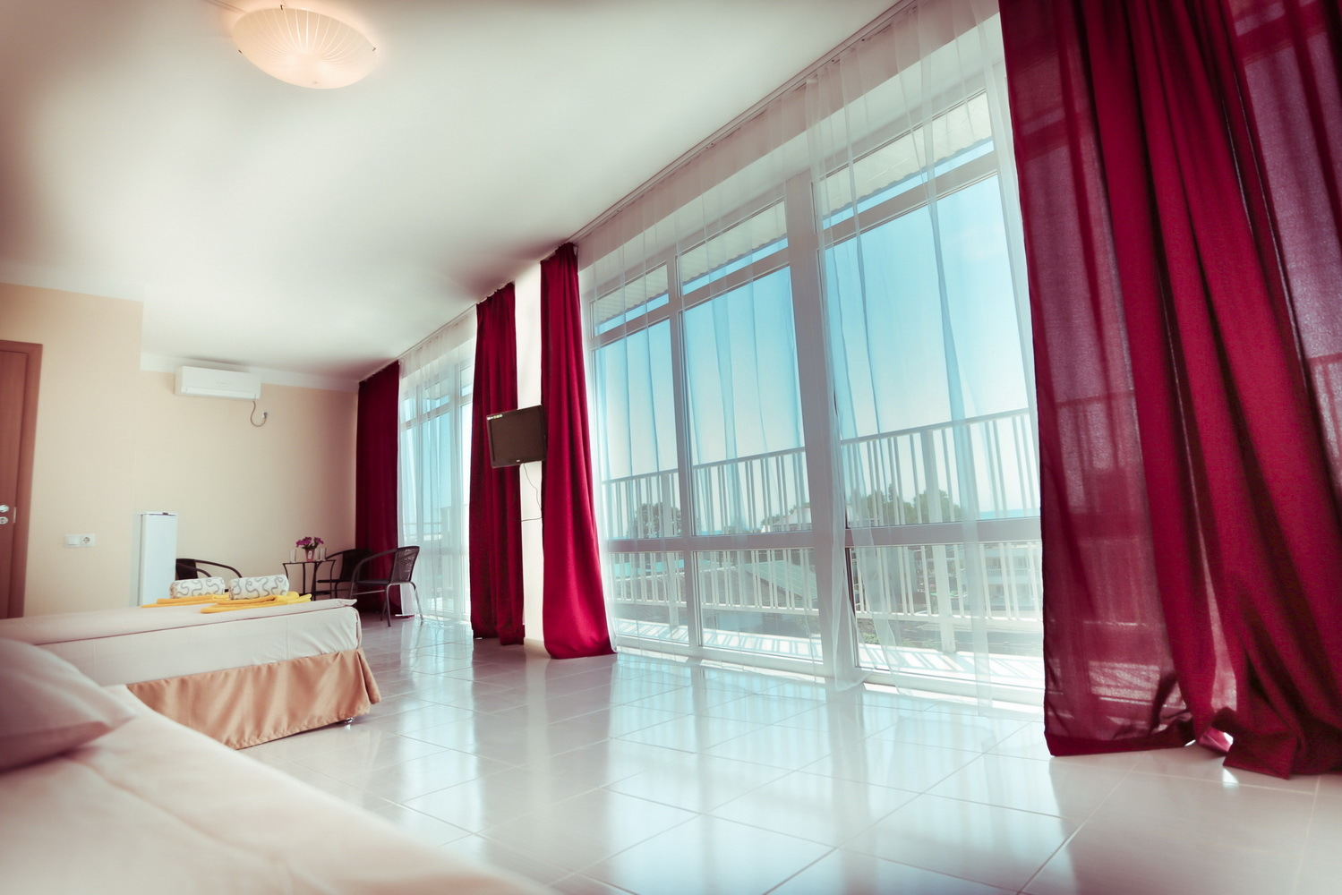 Панорамные окна с видом на море в отеле Марсель (Лермонтово)
