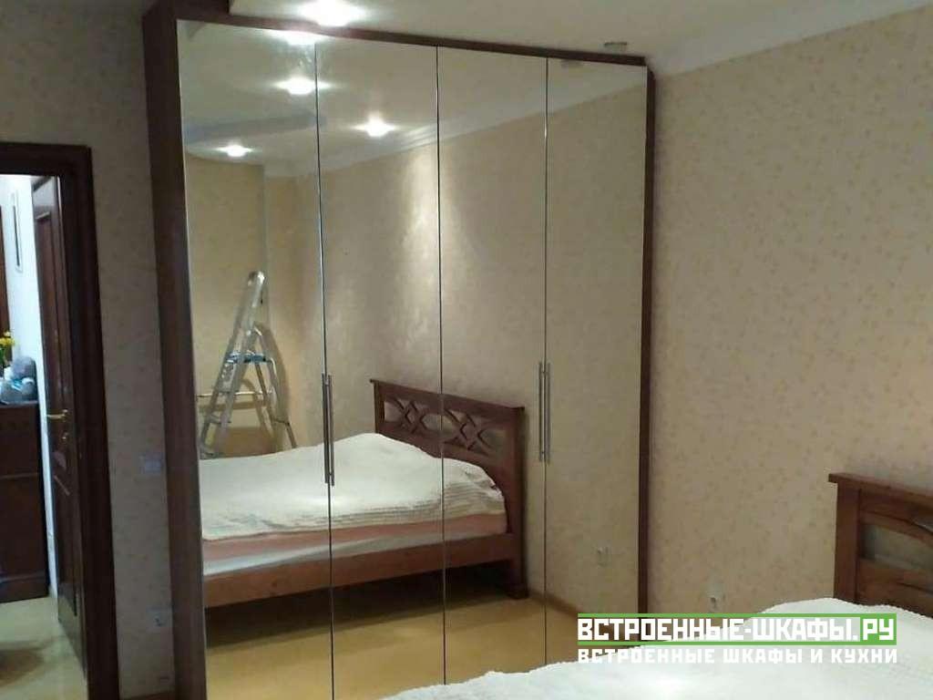 Зеркальный шкаф гармошка в спальной комнате