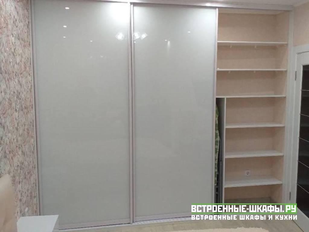 Трехдверный шкаф купе со стеклом
