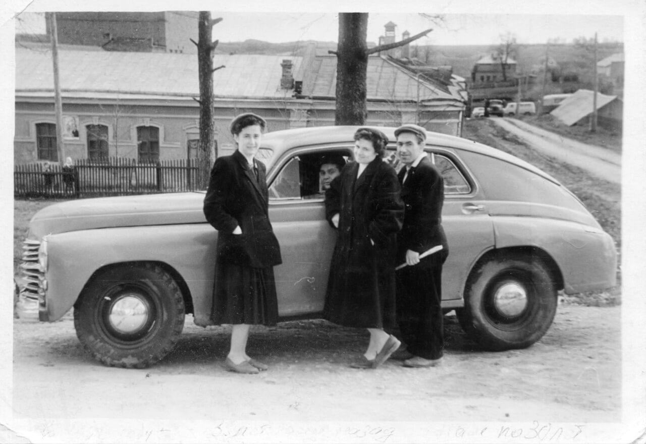 Наши молодые родители только приехали в Дубровицы после перевода ВИЖа из Москвы.