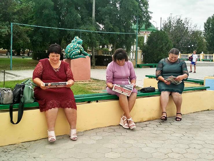 Женщины читают Право на правду - фото