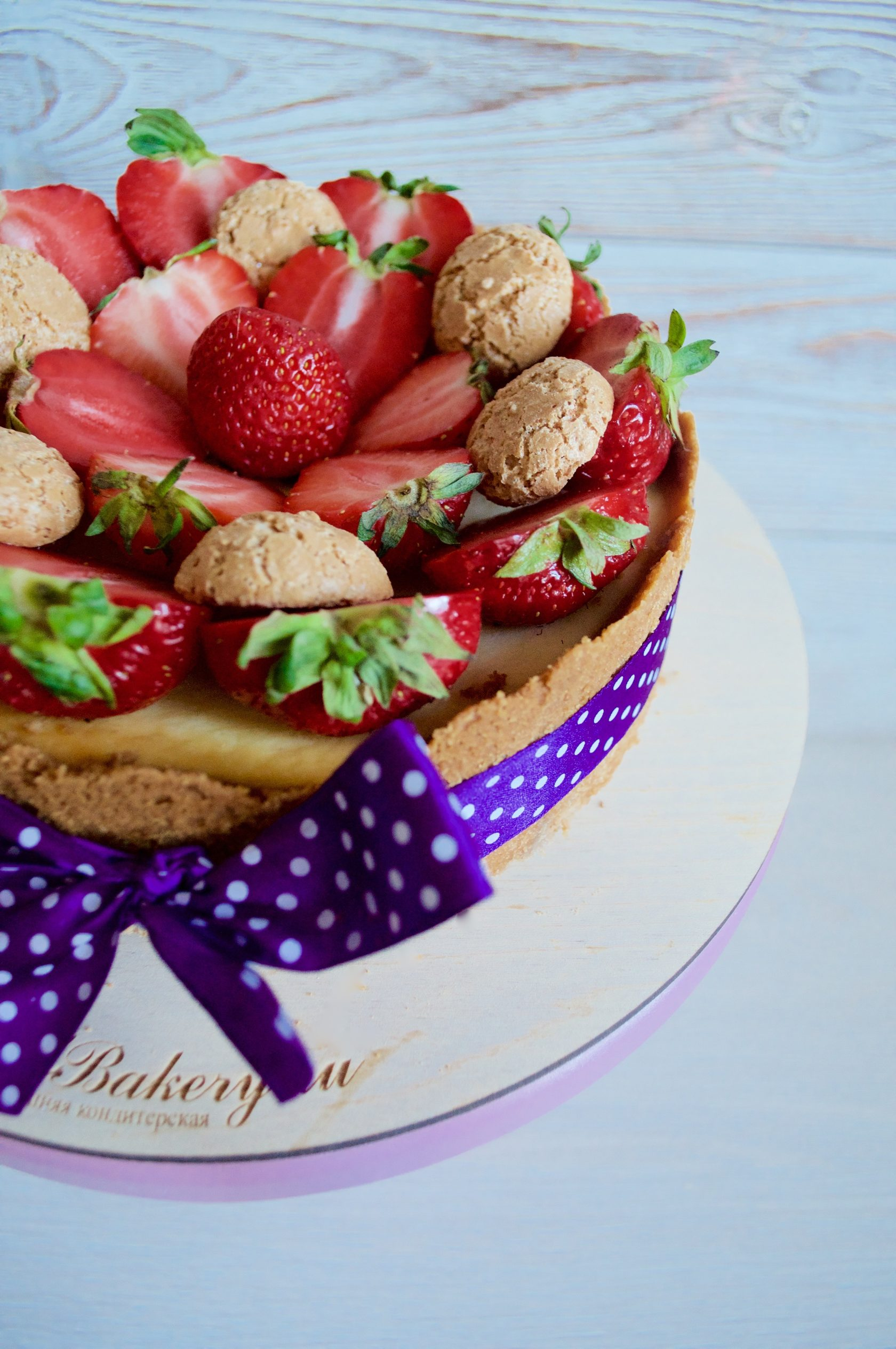 декор торта клубникой
