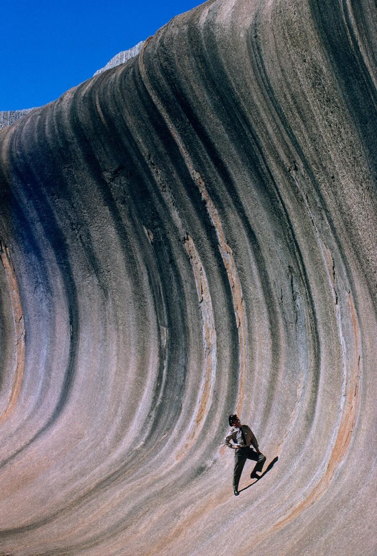 Скала в виде волны над равниной в Западной Австралии, 1963. Фотограф Роберт Б. Гудман