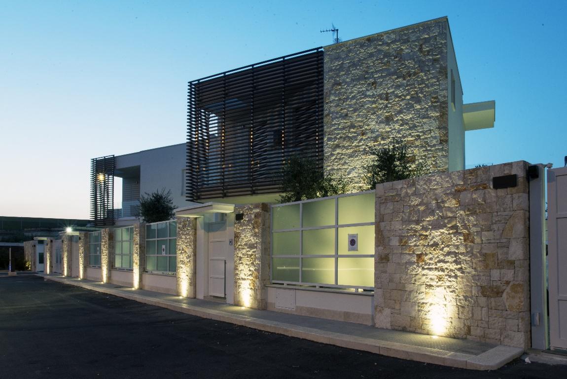 Пример освещения фасада со светильником Over-all