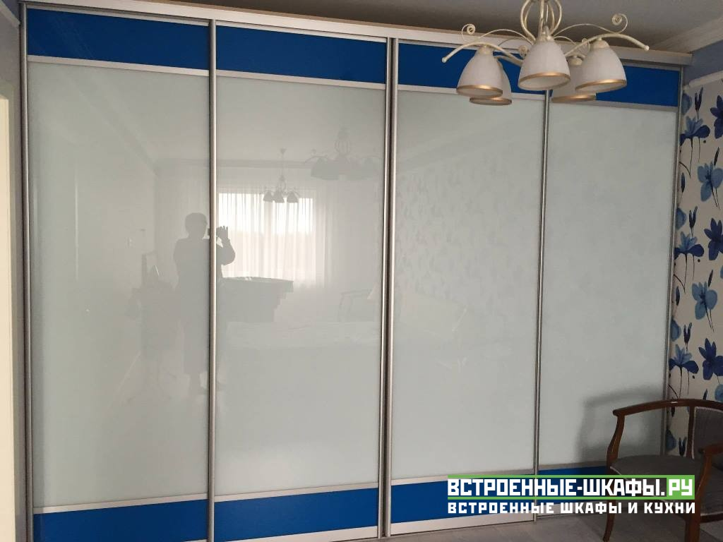 Встроенный раздвижной шкаф а комнате со стеклом лакобель
