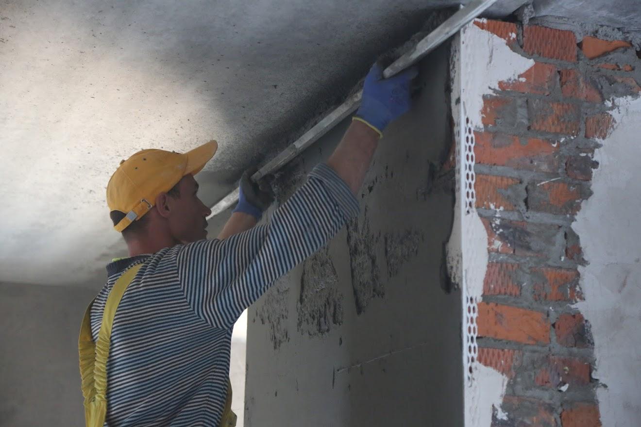 Штукатурка стін машинним методом по маяках