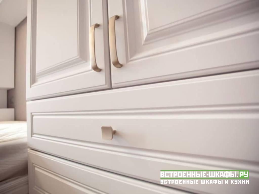 Встроенный шкаф вокруг кровати с фасадами МДФ эмаль