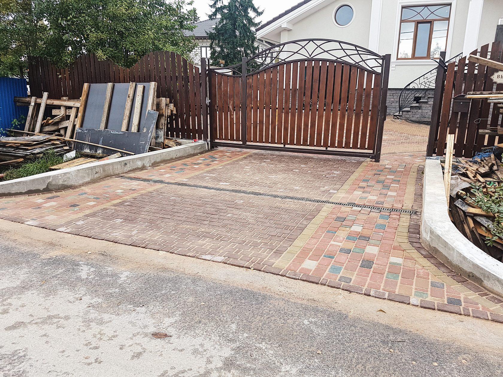 укладка брусчатки перед воротами фото деревянного дома