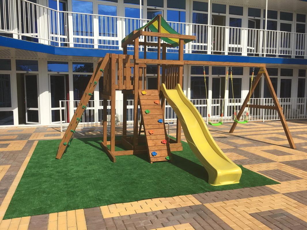 Детская площадка на территории отеля Марсель в Лермонтово