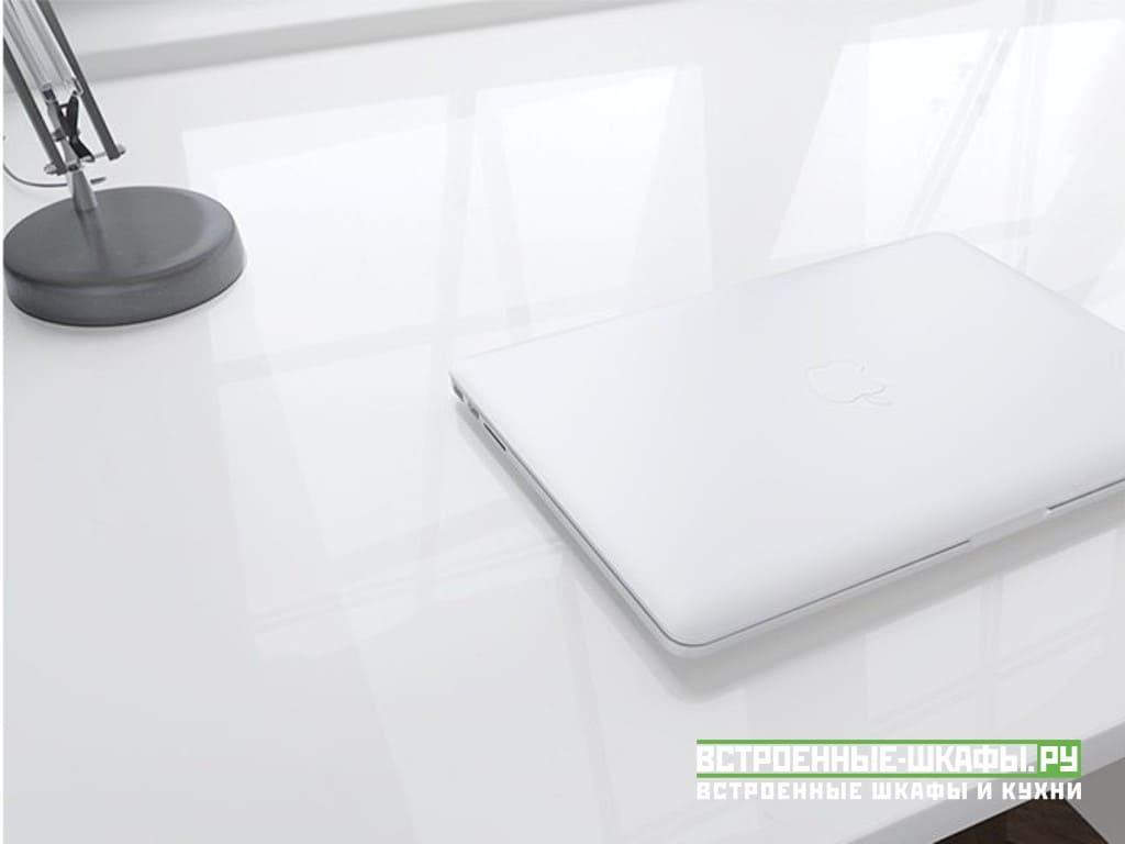 Встроенный распашной шкаф с компьютерным столом у окна