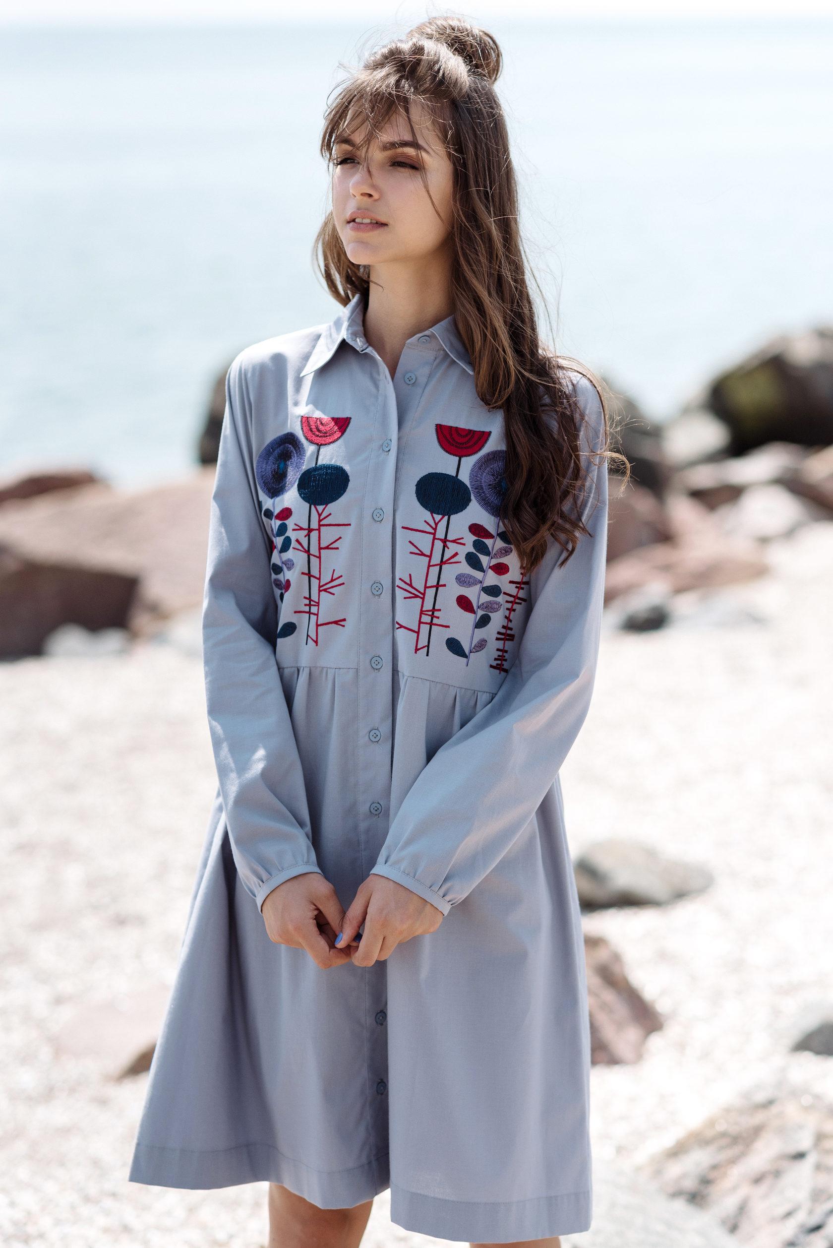 57296a7054614d Вишивка у вигляді квіткового орнаменту доповнює фасон сукні. Така одежа  прекрасно підійде на кожен день, її можна надягати на урочисту подію чи на  роботу.