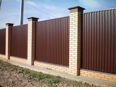 Забор из профлиста между кирпичными столбами