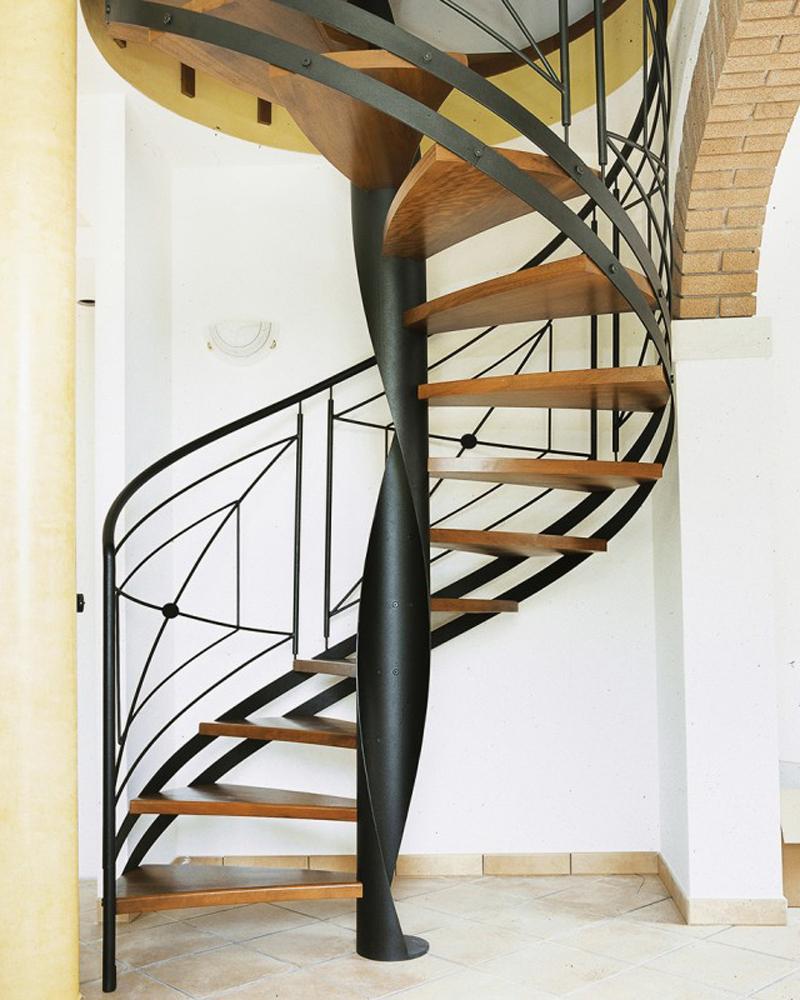 винтовая лестница с кованным ограждением