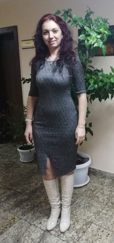 Модерна рокля в сив меланж с ламе с блясък.