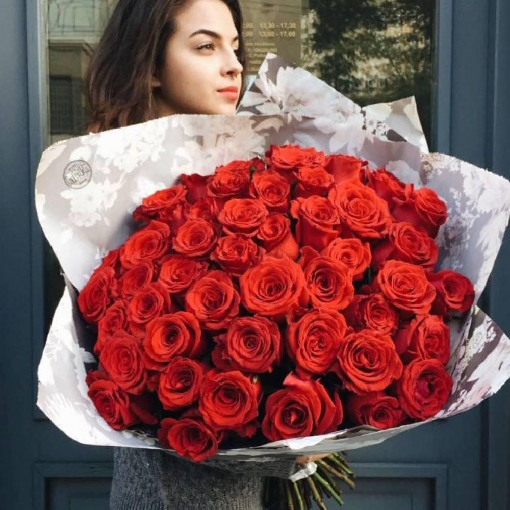 Картинка девушка с большим букетом цветов