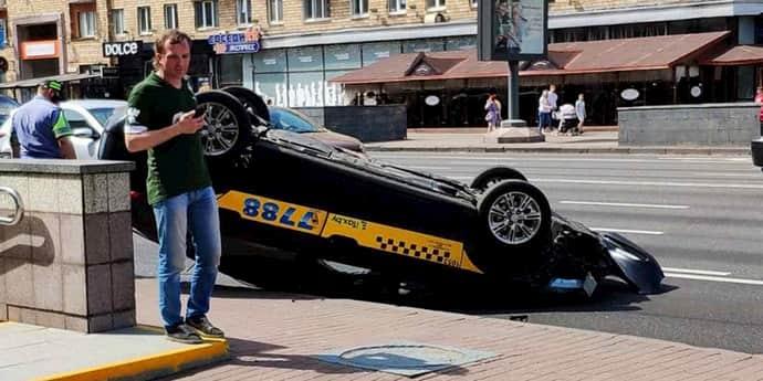 Напротив Ботанического сада в Минске перевернулась машина такси