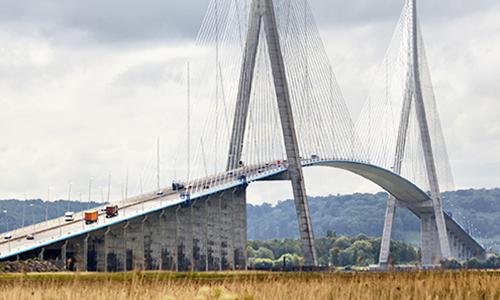 Знаменитый Мост Нормандии причудливой формы