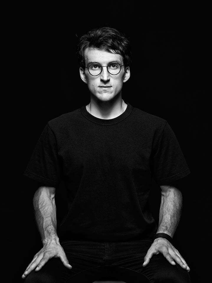 Чёрно-белый мужской портрет на чёрном фоне