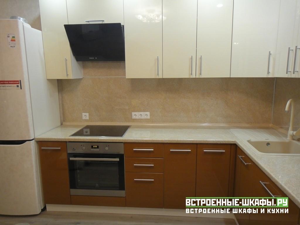 Угловая кухня с нишей под телевизор
