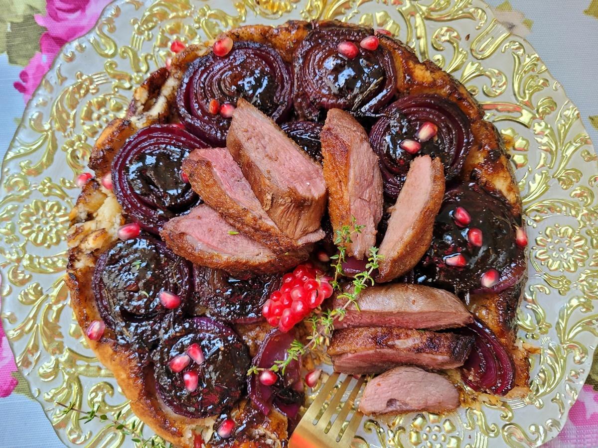 Тарт татен с красным луком и утиной грудкой. Подробный фото рецепт. Вкусный Израиль.