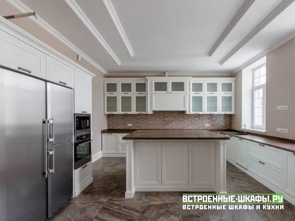 Кухня из массива дерева с островком по индивидуальным размерам