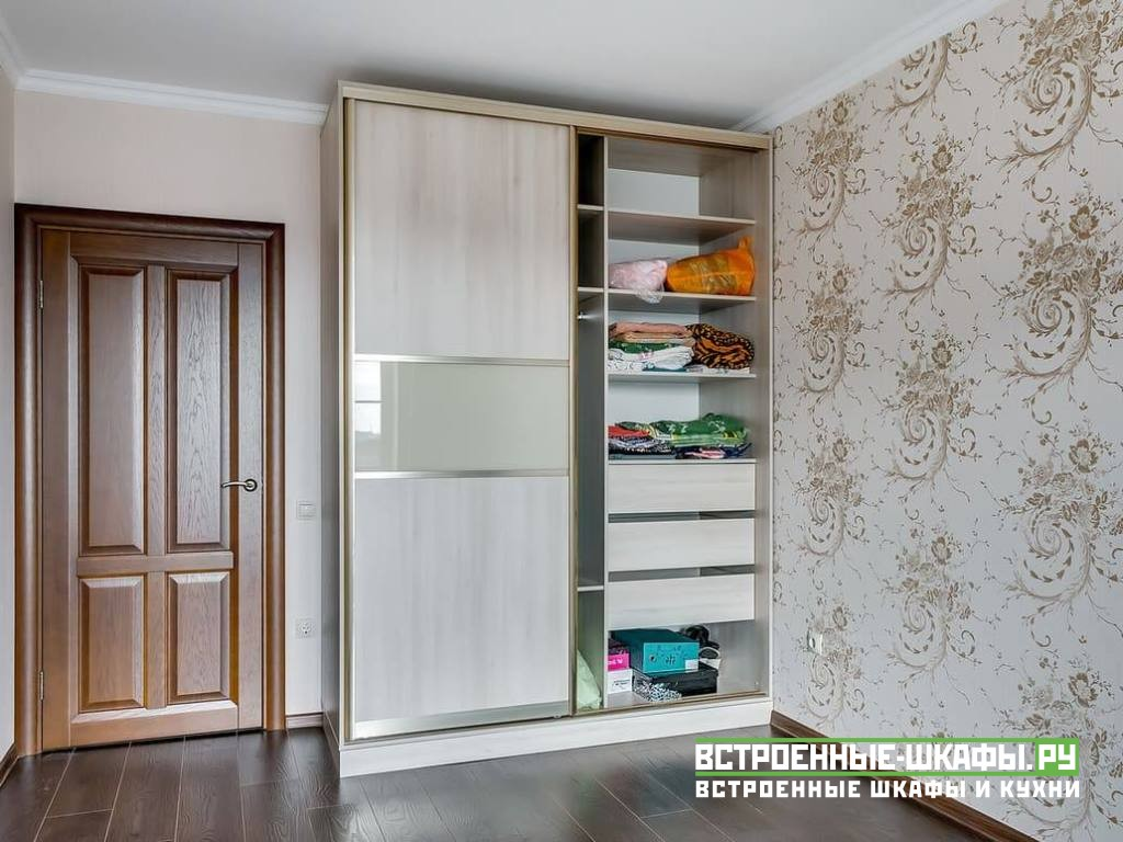 Корпусный шкаф купе в комнате с комбинированными фасадами