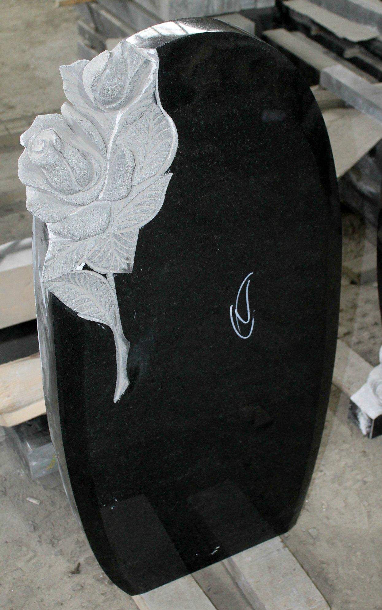Фигурный памятник из каталога Ермис с розами