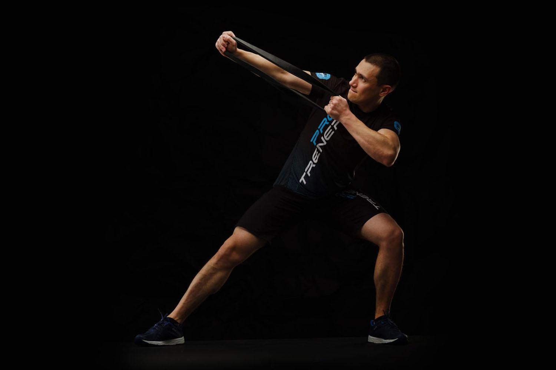 Тренер сети студий персональных тренировок - Павел Карпов показывает функциональный тренинг