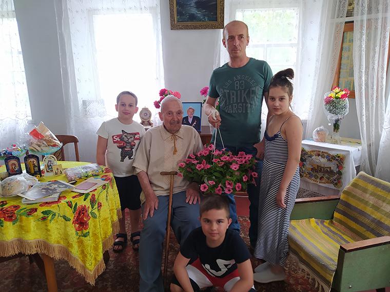 Активисты Партии Шария поздравили ветерана с днём рождения - фото