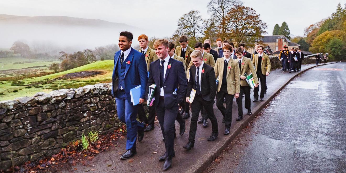 Школьники в форме на прогулке