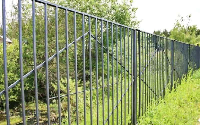 Сварной забор с декоративными ромбами