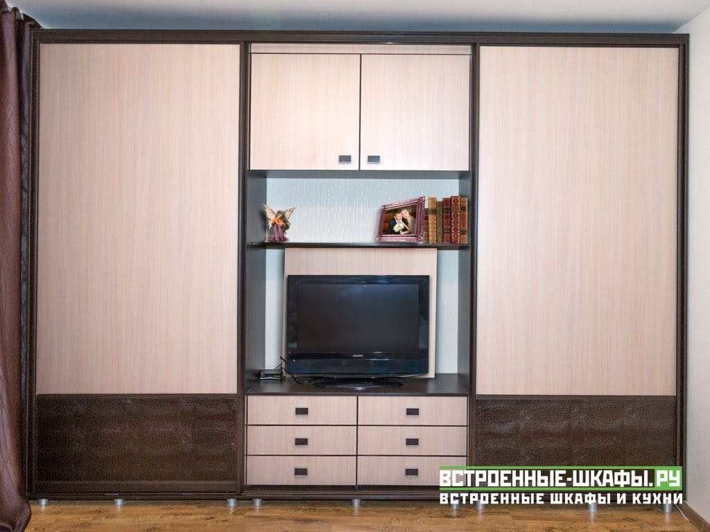 Шкаф купе в гостиную с нишей под телевизор