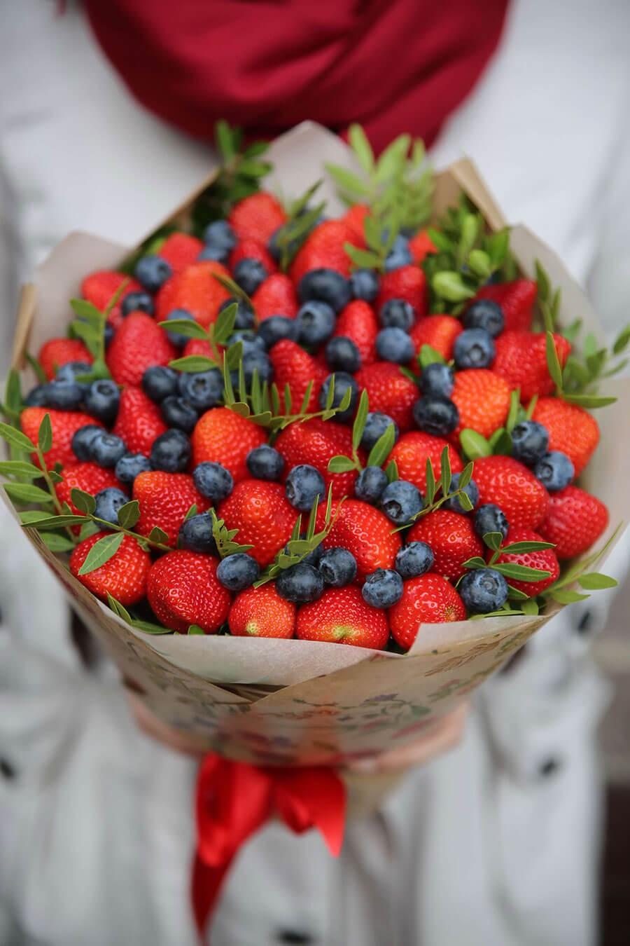 Цветов подарков, букет из цветов и ягод купить