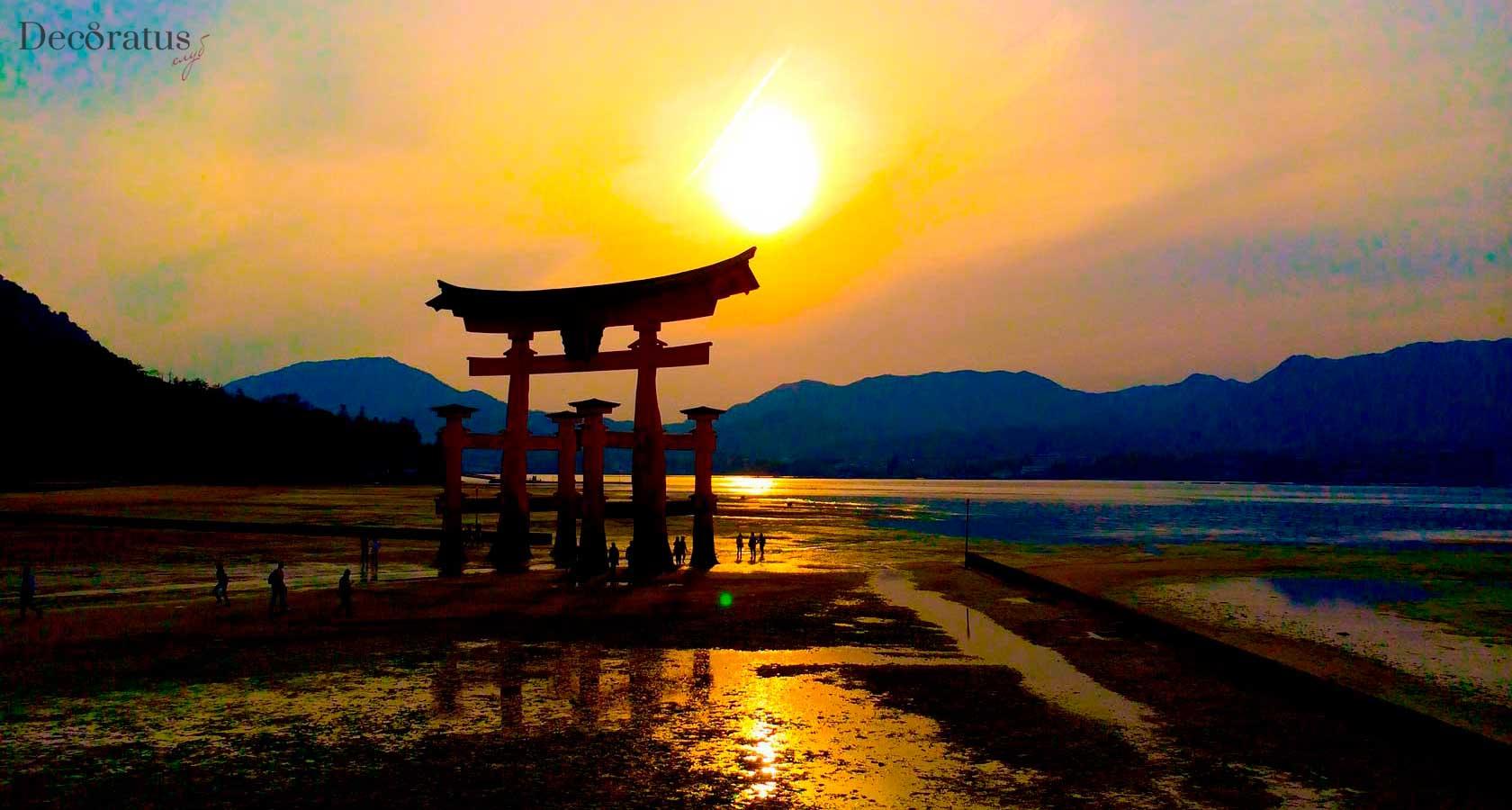 ворота тории святилища ицукусима в миядзиме в японии