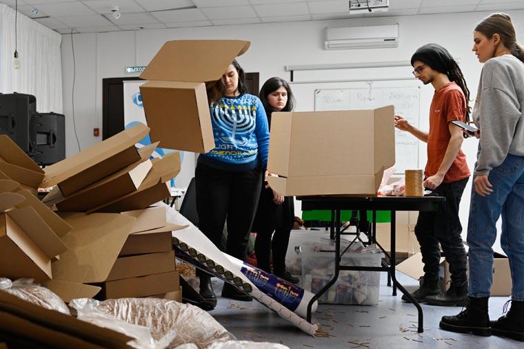 Сбор ханукальных наборов в офисе московского Гилель. Фото Колдунова + Клёсов