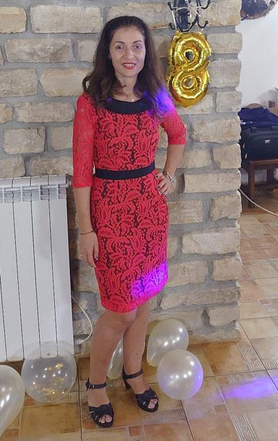 Червена рокля по тялото от ефектна дантела, ушита от Ефреа България в Русе.