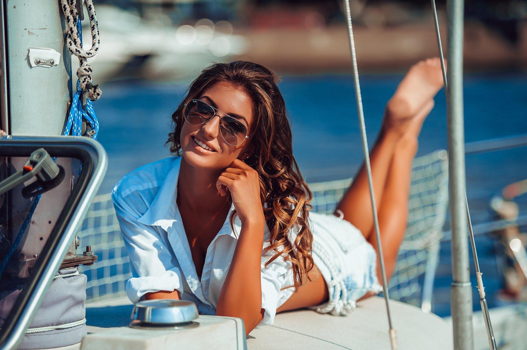 Красивая девушка на яхте