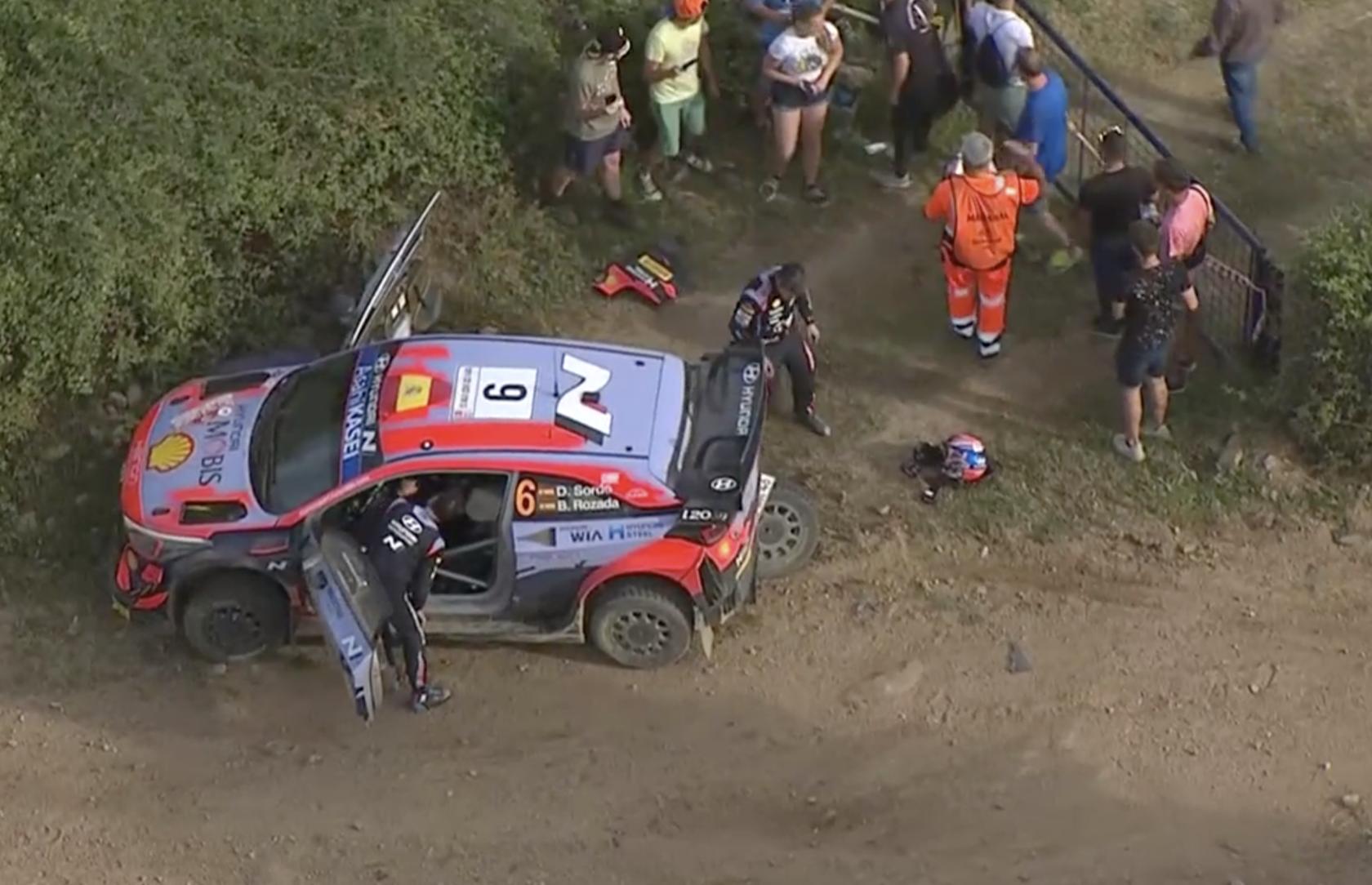 Hyundai i20 Coupe WRC Дани Сордо после аварии на СУ15, ралли Сардиния 2021