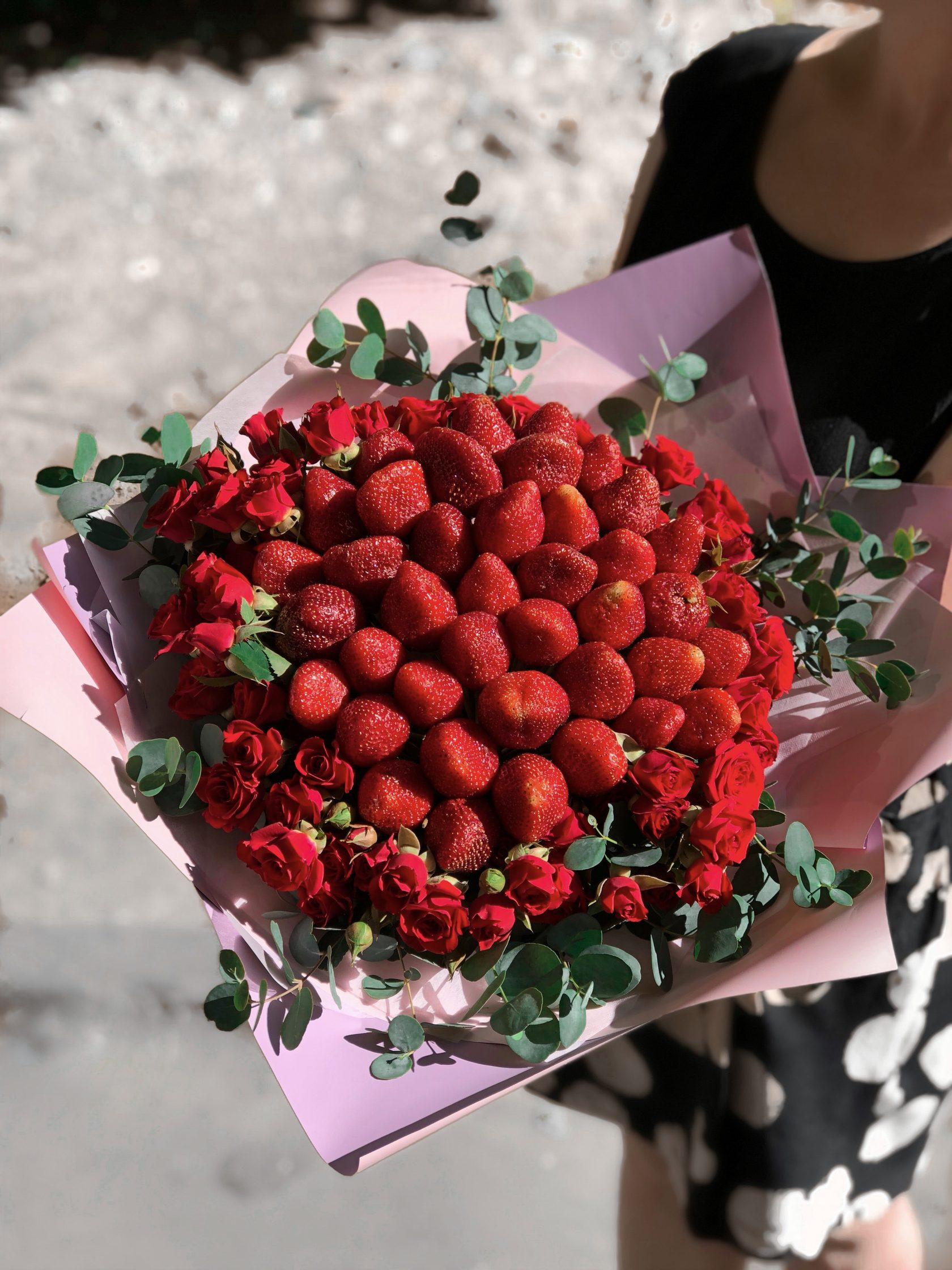 Букет из ягод и цветов фото