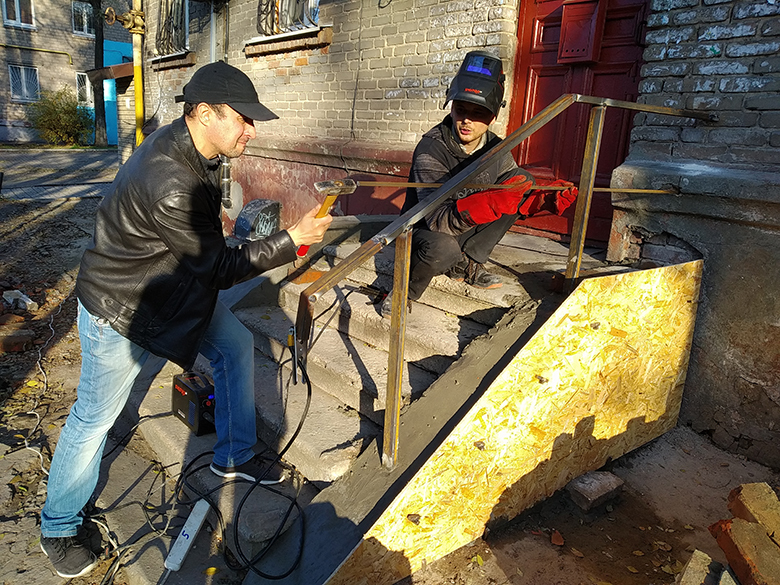 Партия Шария помогает в ремонте крыльца - фото