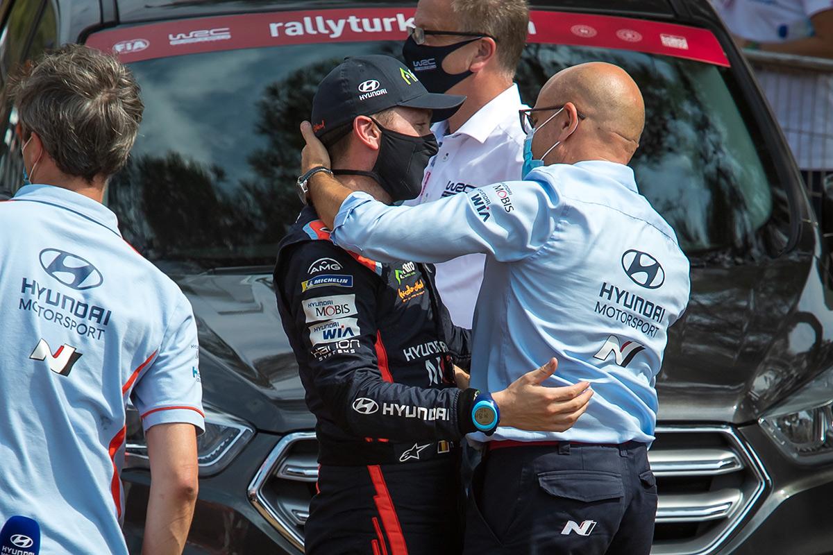 Руководитель Hyundai Motorsport Андреа Адамо на подиуме ралли Эстония 2020