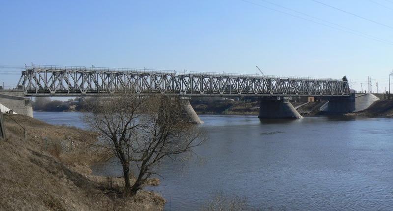 Западный мост в Твери будет пролегать параллельно существующему железнодорожному мосту через Волгу (фото: Николаев И. Б. / Википедия)