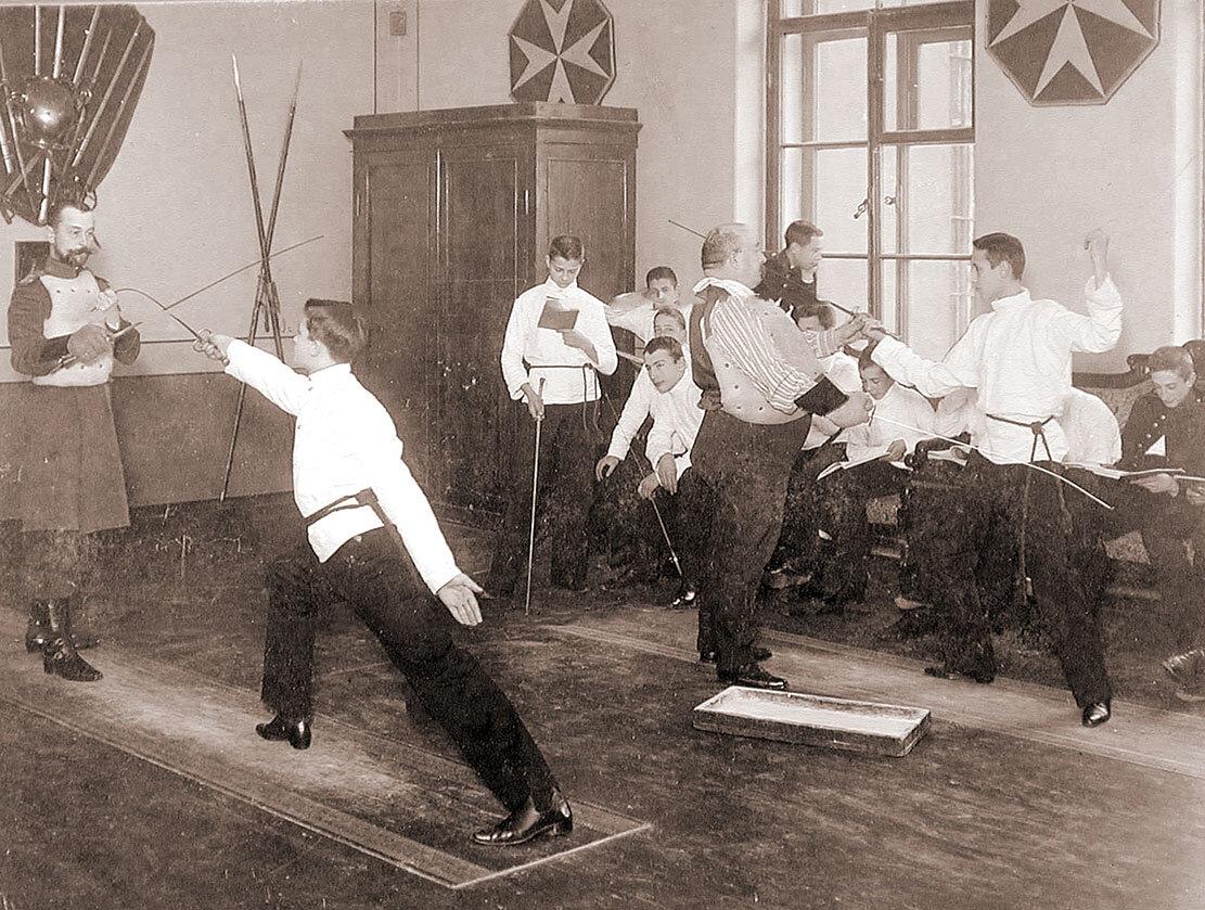 Воспитанники Пажеского корпуса на уроке фехтования, начало XX в
